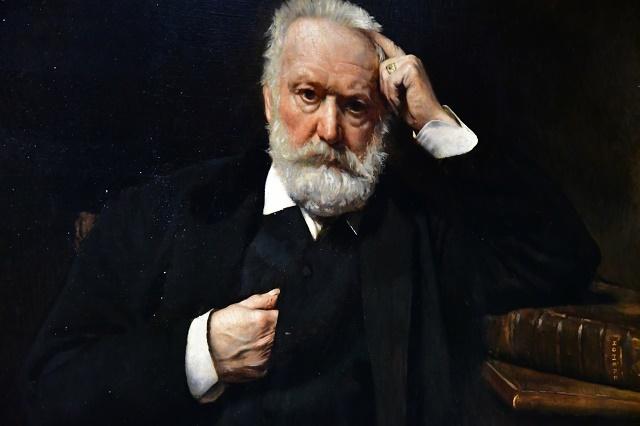 Victor Hugo sentado