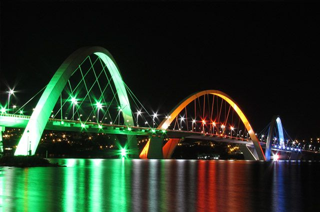 Brasília: História, economia e turismo - Visão noturna da Ponte de Kubitschek