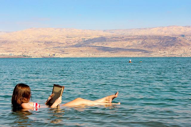 Mulher boiando no Mar Morto