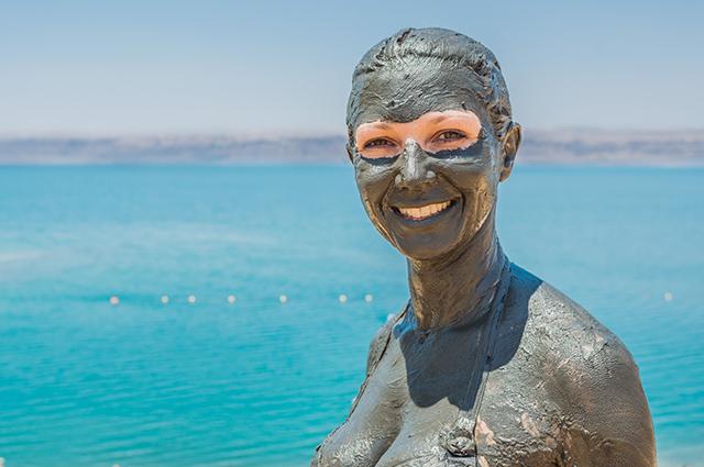 Mulher coberta de lama