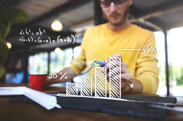 Homem fazendo cálculos