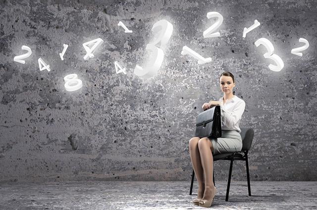Mulher sentada com números