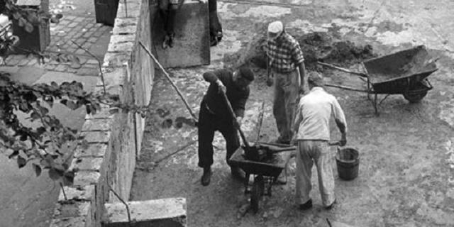 Homens construindo o muro
