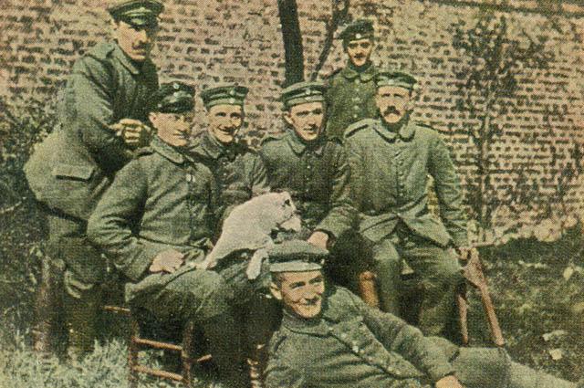Adolf Hitler e seu exército simbolizavam a mentalidade daextrema direita