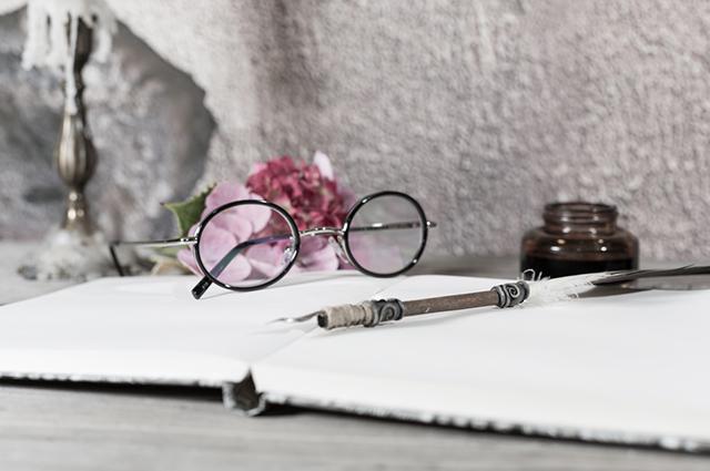 Livro de poesia com óculos e caneta