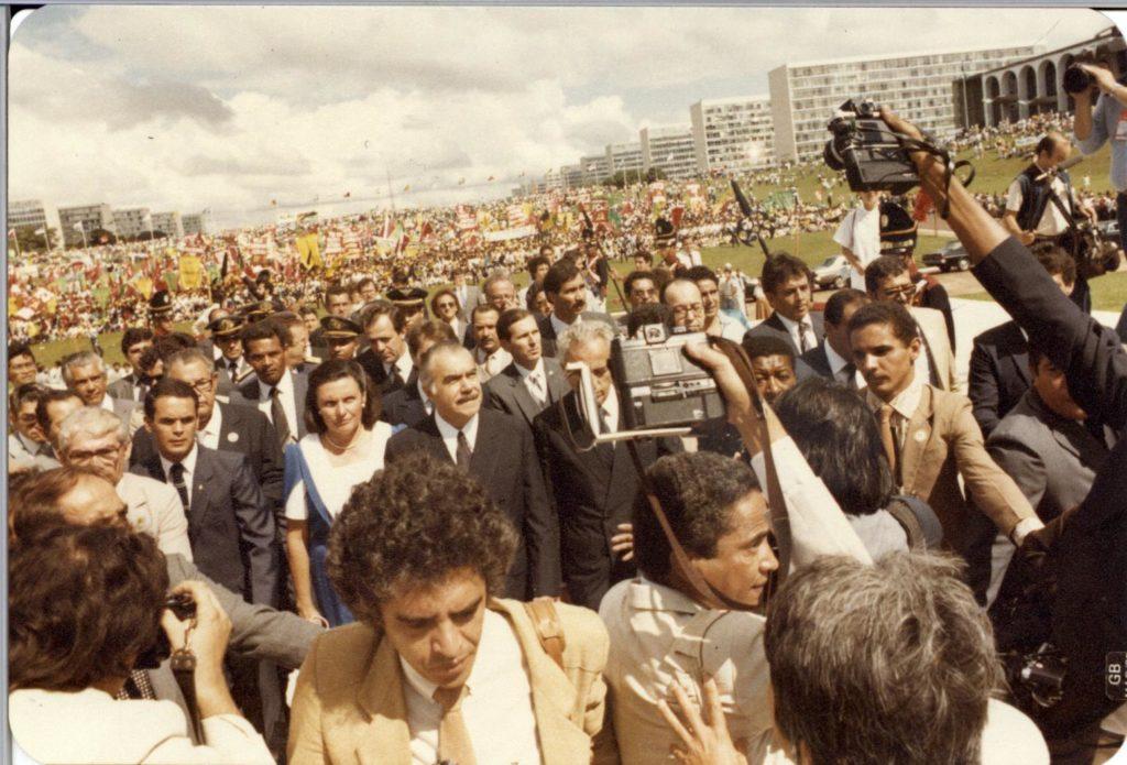 Redemocratização: Com a morte de Tancredo, seu vice, José Sarney, foi empossado presidente