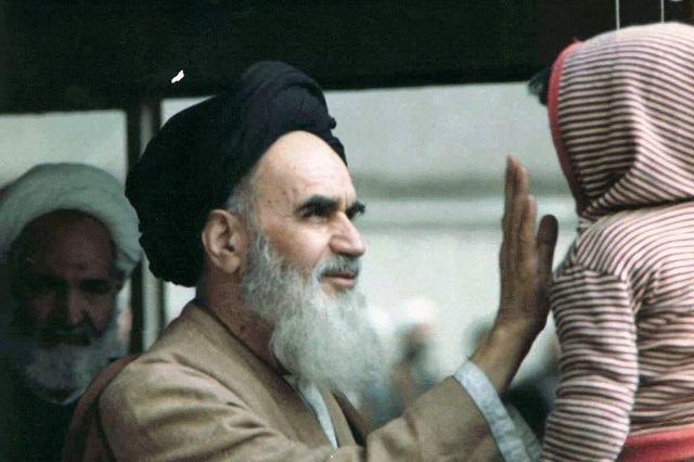 O retorno do aiatolá Khomeini ao Irã, após exílio