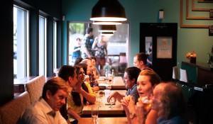 na-companhia-de-mulheres-homens-comem-mais-diz-pesquisa