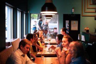 Na companhia de mulheres, homens comem mais, diz pesquisa
