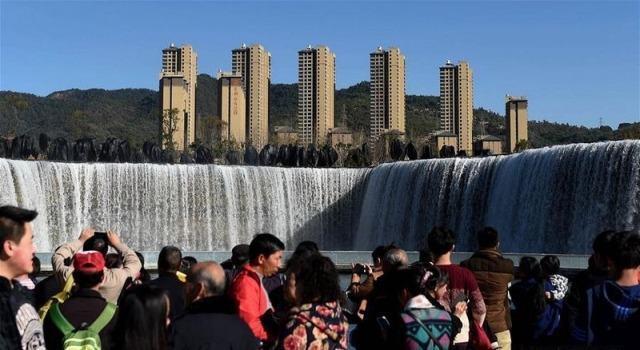 China ganha a maior cachoeira artificial da Ásia