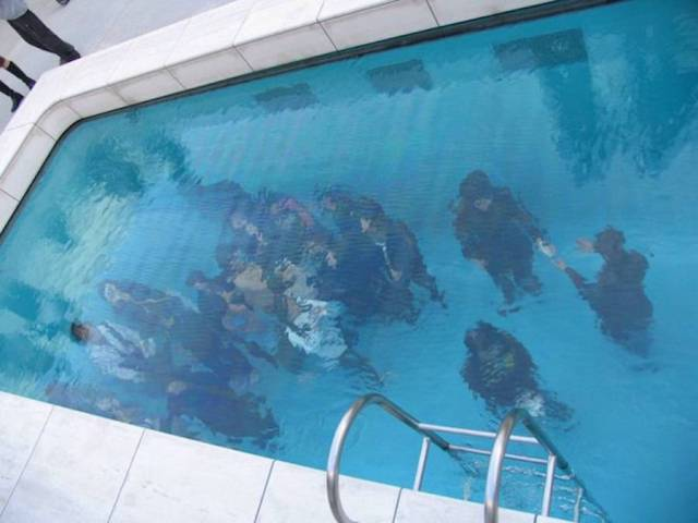 Conheça a piscina ilusória que parece estar cheia d'água