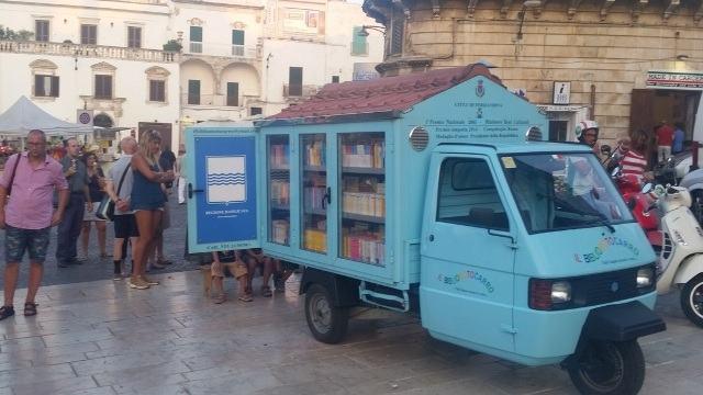 Professor aposentado cria biblioteca ambulante para crianças sem acesso à leitura