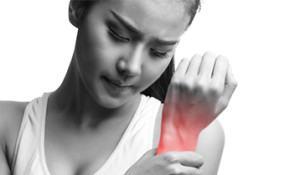 mulher-com-mao-em-area-afetada-por-dor-muscular