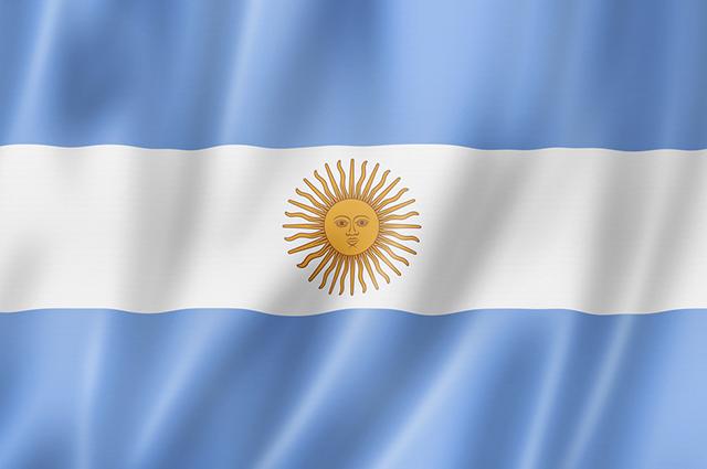 A bandeira da Argentina possui quatro cores: azul, branco, amarelo e marrom