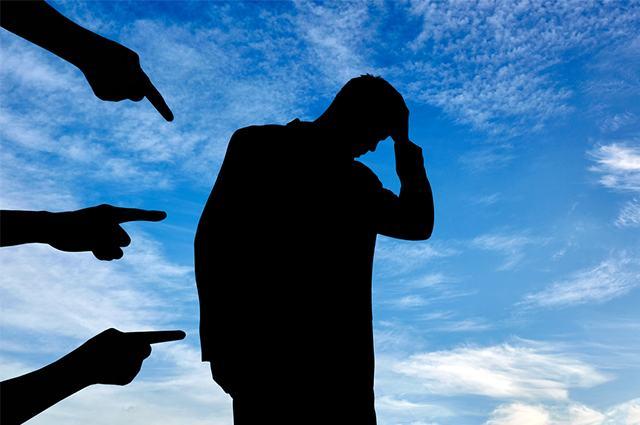 Figura ilustrativa sobre traição de homem sendo acusado