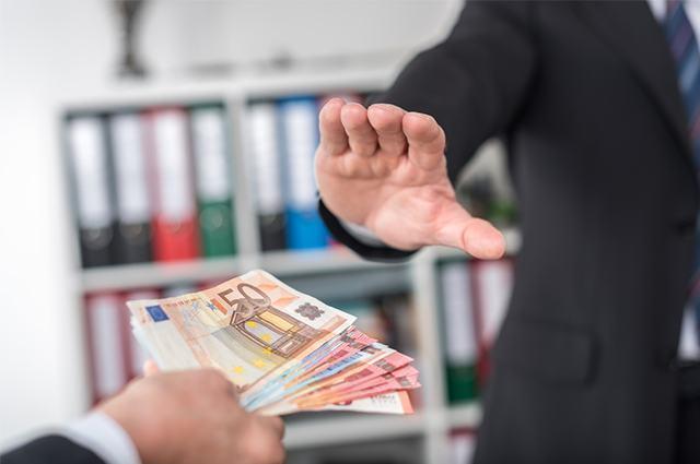 Imagem de indivíduo rejeitando oferta de dinheiro como suborno
