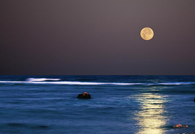 Imagem da lua e do mar