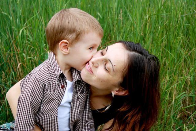 Menino beijando a mãe