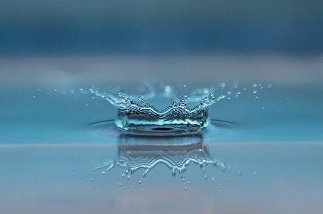 Ilustração de gota em reservatório de água