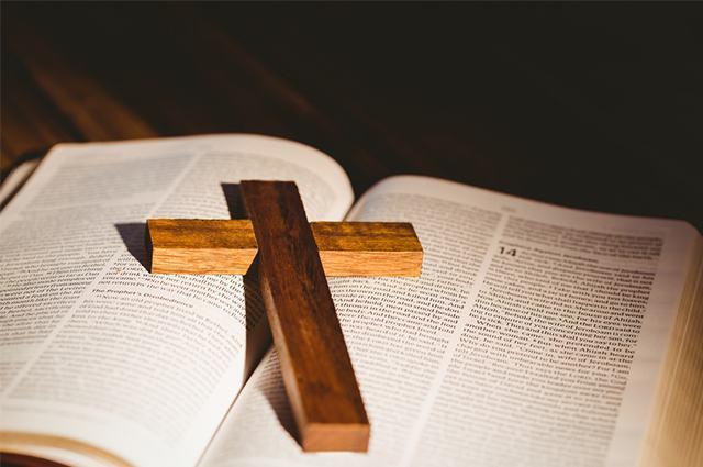 Imagem de cruz sobre bíblia