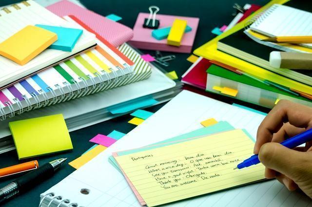Imagem de estudante escrevendo em bloco de anotações