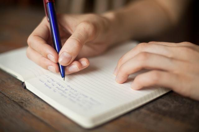 Imagem de pessoa escrevendo