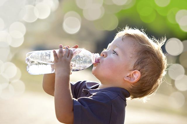 A água mineral hidrata o corpo e tem a capacidade de promover benefícios adicionais
