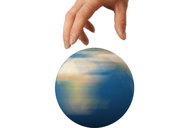 Ilustração de mão girando miniatura de globo terrestre