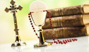 imagem-de-crucifixo-biblias-terco-e-eucaristia