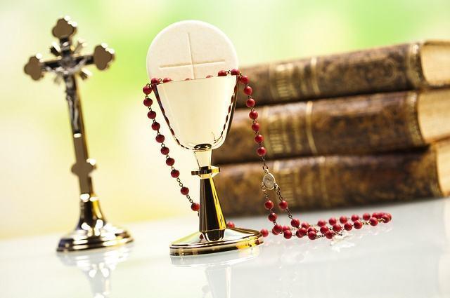 Imagem de crucifixo Bíblias, terço e eucaristia