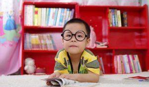 imagem-de-garoto-de-oculos-com-livro-aberto
