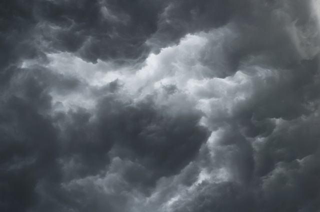 Entenda o porquê das nuvens de chuva serem cinza - Estudo Prático