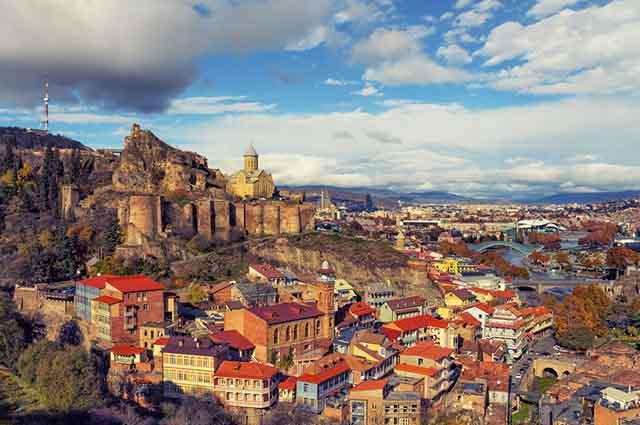 Um dos pontos fortes da economia é o turismo e sua referência ao período medieval