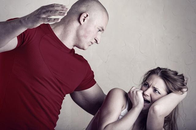 Imagem de homem tentando agredir mulher
