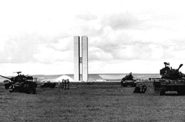 Imagem de tanques de guerra no Palácio do Planalto durante o Golpe de 64