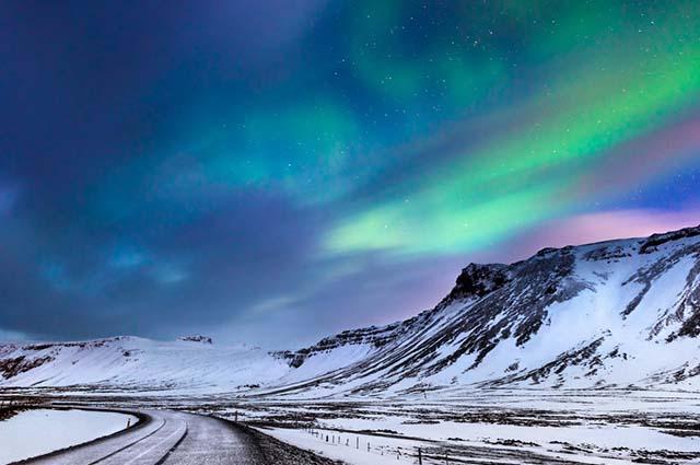 O relevo da Islândia é bastante montanhoso, com gigantesca cadeia de montanhas