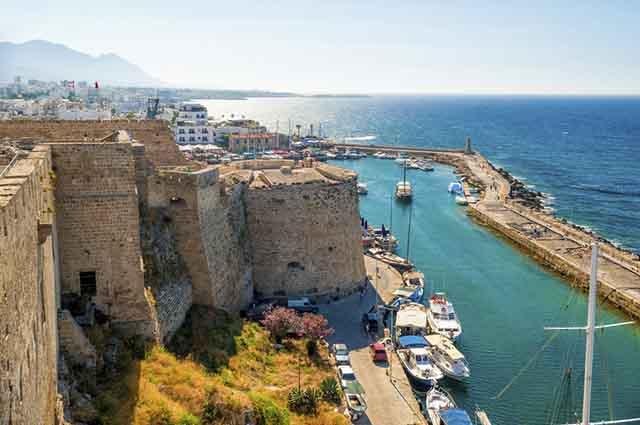 Devido a suas paisagens, o Chipre tem uma economia bastante voltada para as atividades turísticas