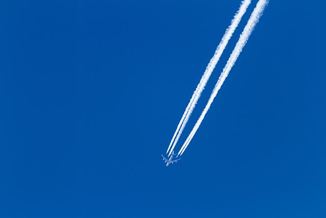 Imagem de um avião no céu