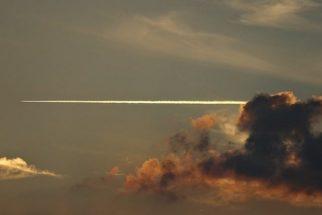 O que são os rastros brancos que alguns aviões fazem no céu?