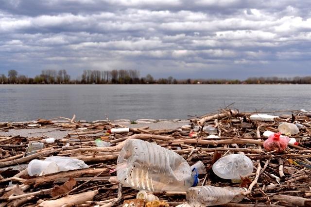 Lixo próximo ao rio