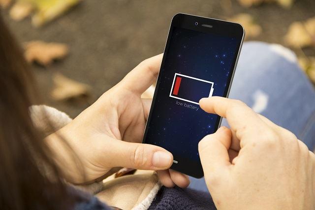 É errado deixar o celular carregando por muito tempo?