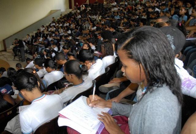Estudo revela que educação reforça desigualdades entre brancos e negros