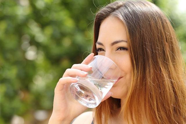 O que acontece no corpo se tomarmos somente água durante 1 mês? Descubra