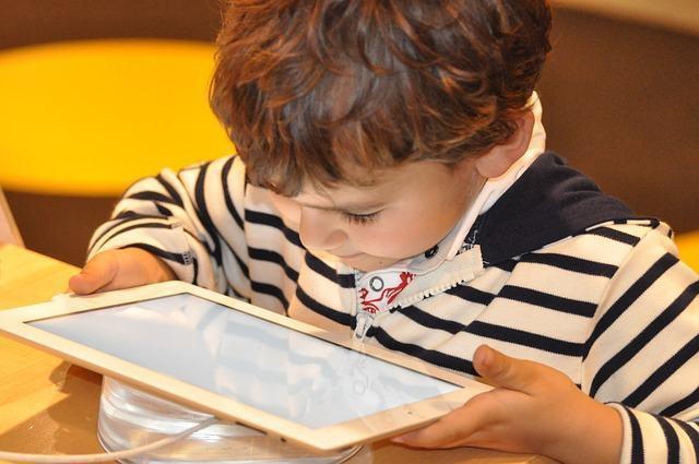 OPINIÃO: Criança pequena e tecnologia: até que ponto elas combinam?