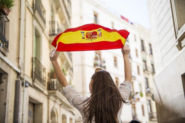 Mulher segurando bandeira da Espanha