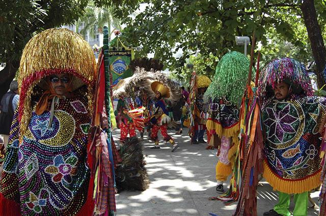 O maracatu foi originado da miscigenação musical das culturas portuguesa, indígena e africana