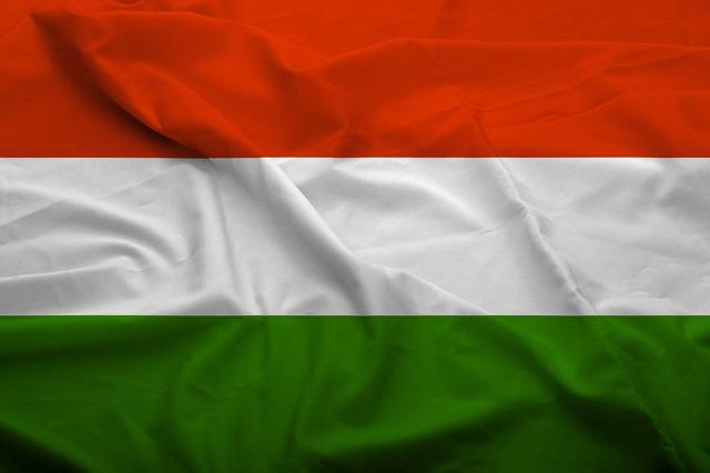 Bandeira da Hungria possui três listras horizontais nas cores vermelha, branca e azul