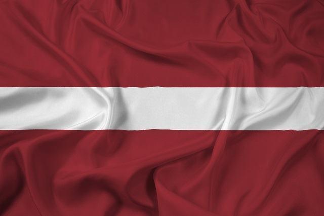 O significado da bandeira da Letônia remete a uma lenda local