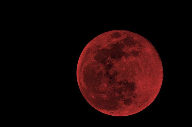 A lua de sangue acontece durante um eclipse, deixando uma tonalidade avermelhada