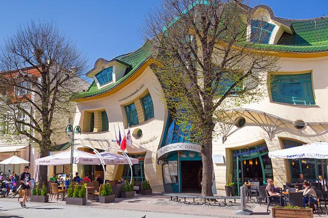O The Crooked House, na Polônia, é um dos prédios mais diferentes do mundo